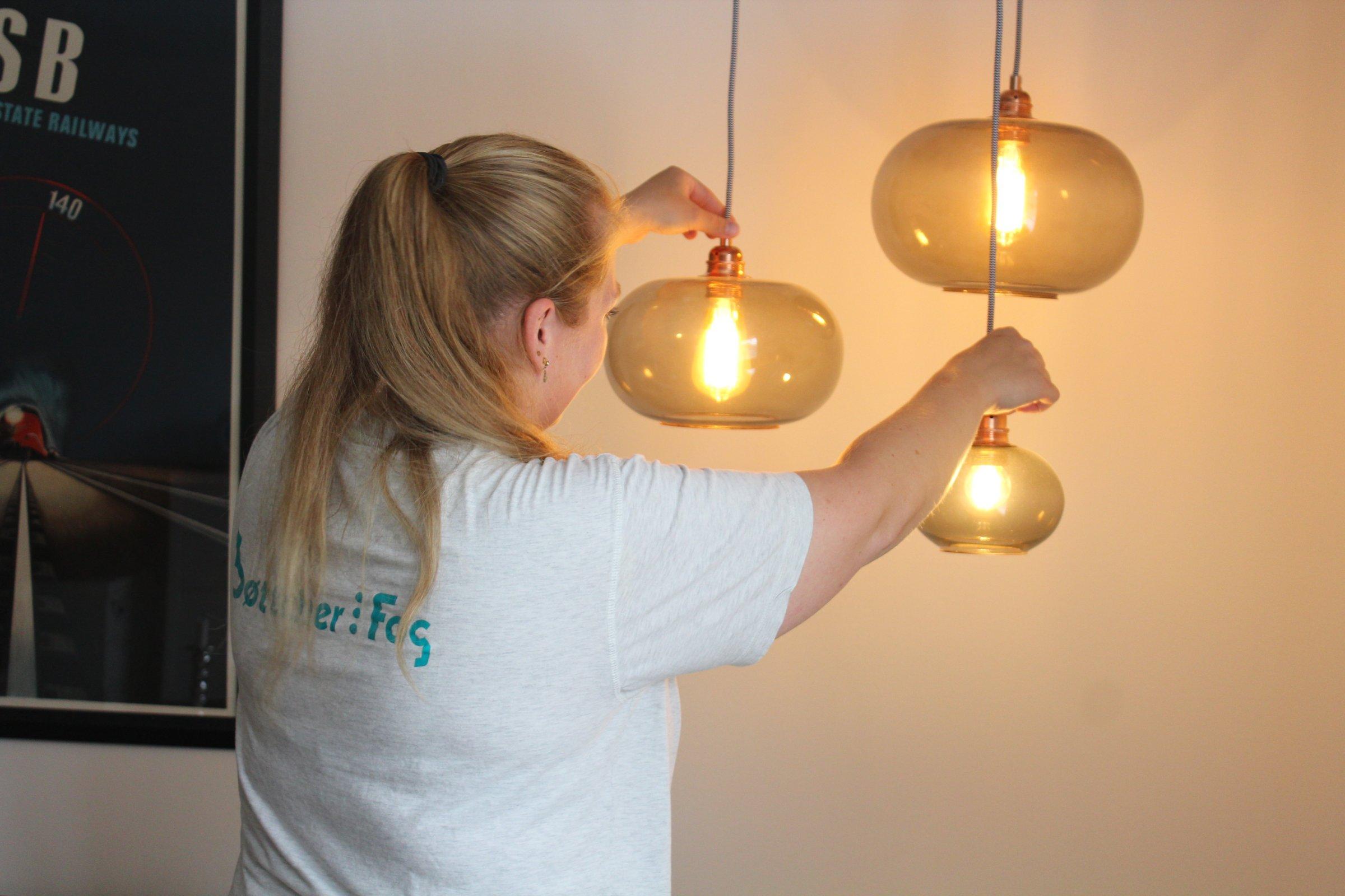 Kommunikationsbureau Udskifter Neonrør Med Led Lys Installatør